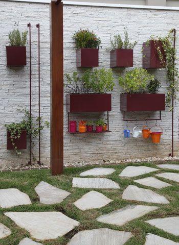 A horta em caixas de aço galvanizado com pintura eletrostática tem hera,  lavanda, pimenta, manjericão e hortelã, além de salsinha  nos minivasos, reservados aos netos