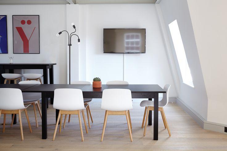 Intuicyjna lampa podłogowa Flex Nowodvorski bez abażurów, w stylu industrialnym, doskonała do oświetlenia kilku stref w pomieszczeniu.