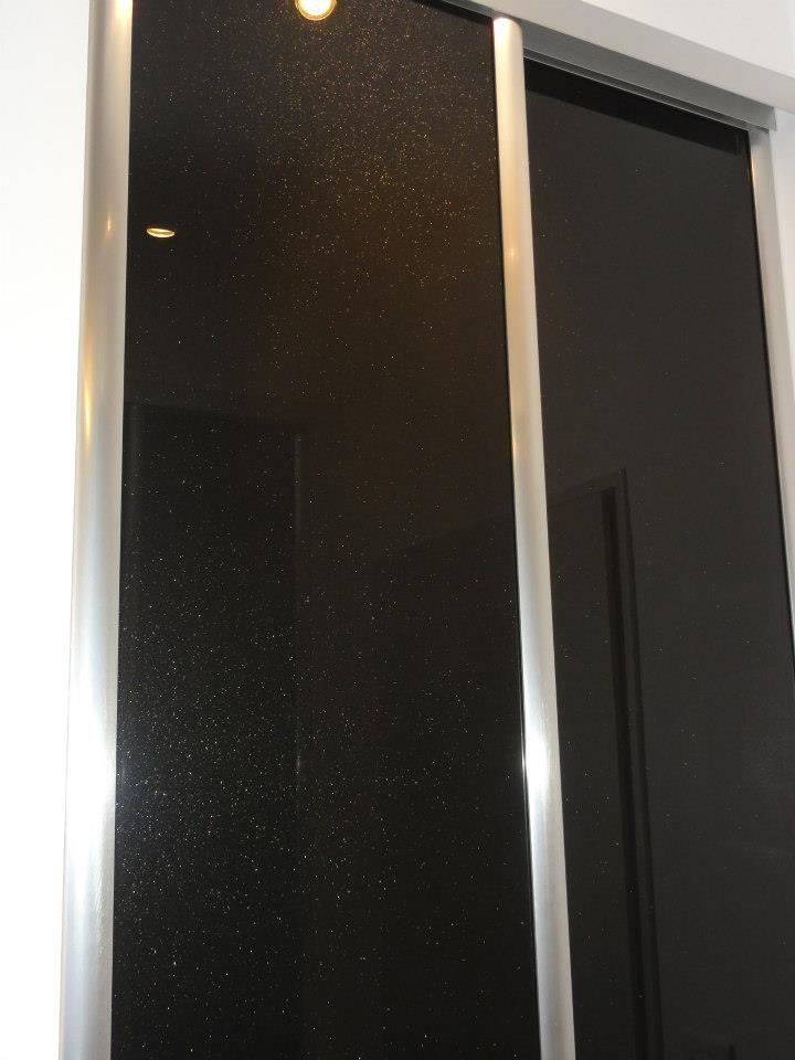 détail du verre laqué pailletté bye Bois et Compagnie 54 avenue Montaigne 33160 Saint Médard en Jalles France