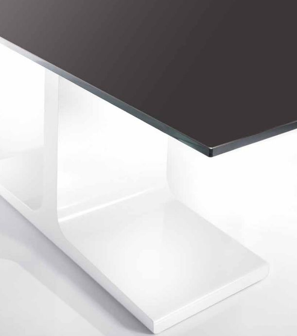 Il tavolo Palace, grazie al suo design  inconfondibile, diventa il protagonista  assoluto della spazio giorno: un elemento  importante che caratterizza l'intero  ambiente.  www.sovet.com