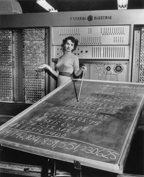 furtho:      Woman with a General Electric mainframe computer and a blackboard, c1955 (via here)