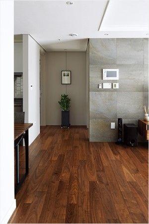 컬러가 공간의 느낌뿐 아니라 깊이와 너비까지 좌우한다. 컬러 톤과 무드를 섬세하게 어루만져 82m²의 작은 집에 깊은 공간감을 부여한 리노베이션 스토리.