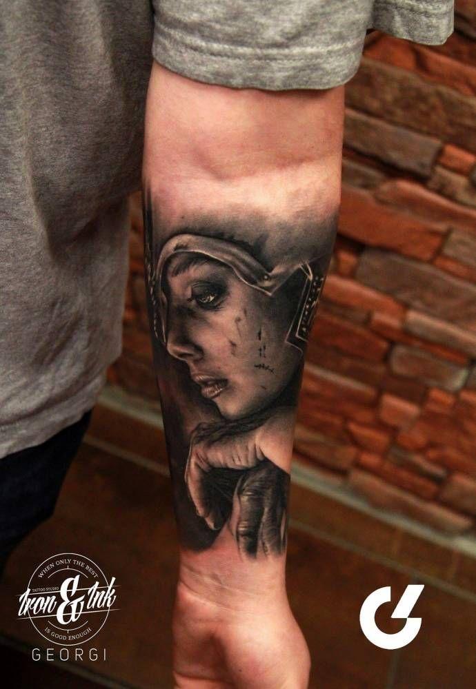Tatuaje en el antebrazo de Ladgerda, de la serie Vikingos, de estilo black and grey.