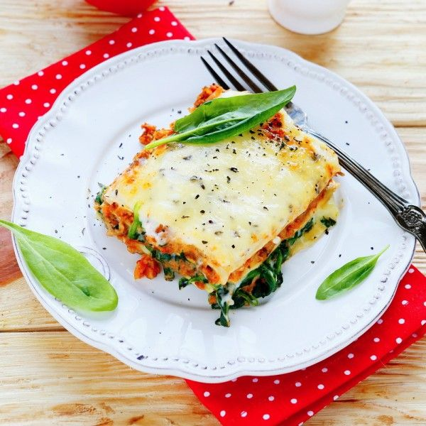 Slow Cooker Cheesy Spinach Lasagna Recipe- ooey gooey layers of melted cheese and saucy noodles with a l'il spinach. Yum! #spinachlasagna #crockpotlasagna
