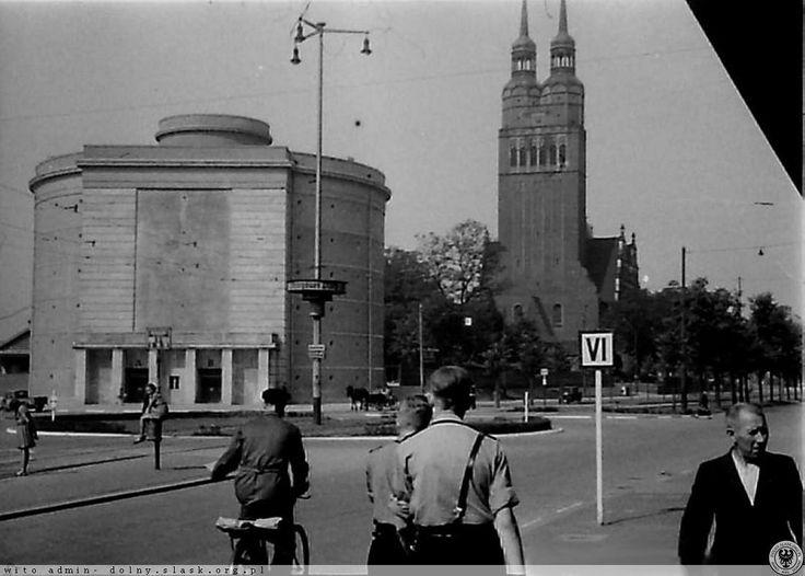 Ul.Legnicka podczas wojennego Turnfestu w 1942 r. Schron p-lotn. już stoi.Rok 1942