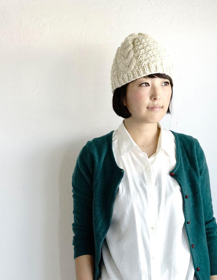 秋冬の編み物、ニット小物の中でも人気のアイテム、ニット帽。棒針編みに慣れてきたら挑戦してみたい、ケーブル模様や縄編み、アラン模様のニット帽の編み方と、すぐに編みたくなる無料編み図をご紹介します。