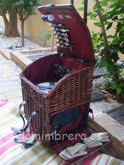 Super cesta-carrito picnic para 4 personas con todo lo necesario.