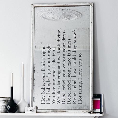 Letra gravado em espelho velho