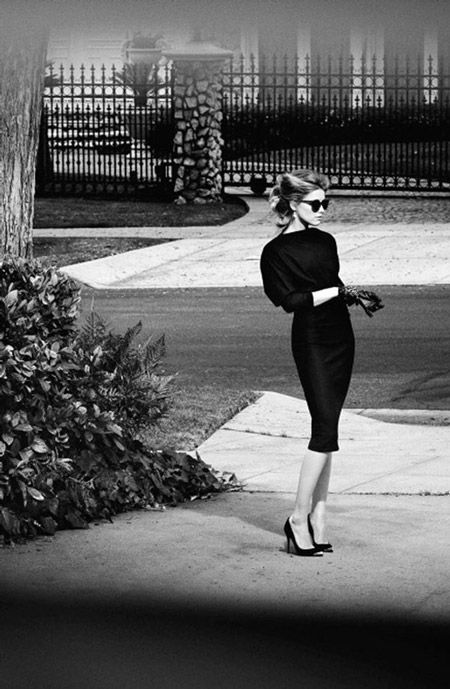 Девушка в классическом стиле в черном платье с узкой юбкой миди