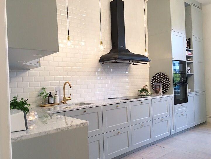 Köket hemma hos Sekelskiftestrean (instagram). Grått kök, mässing, smegfläkt, Svenskt Tenn, subway tiles, gray kitchen, diamond lights