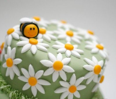 Todays cake of the day was sent in by epic_eggroll and is this really cute and adorable bee cake! Isn't it so cute? I love the little bee on the side surrounded by flowers, it's adorable! I bet it tastes really yummy too! I hate bees, but this one is just adorable! What do you think of this cake?