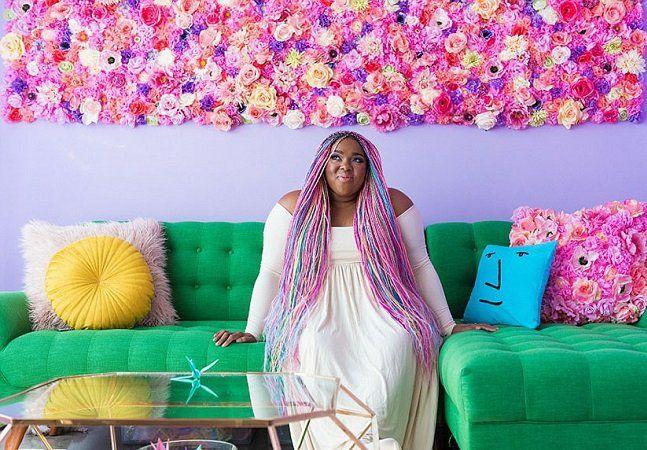 Você nunca viu nada igual ao apartamento em que a blogueiraAmina Mucciolo vive com seu marido. Famosa nas redes sociais por sua atitude multicolorida, com cabelos de arco-íris e um apartamento de dar inveja ao mais incrível unicórnio, Amina vai fazer qualquer um se apaixonar pela decoração mais alegre do mundo. Há um ano ela vive em um apartamento de cerca de 60 m² no centro de Los Angeles - e a reforma do imóvel acaba de ficar pronta. Com paredes coloridas, muita criatividade e referências…