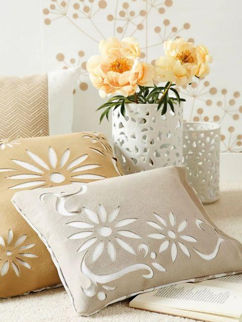 Realiza estas fundas para cojines caladas tu misma y renueva tu sillón o cama.