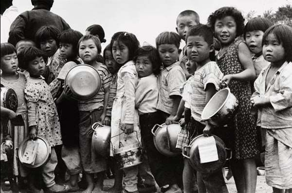 Photo by Jung, Bum-tae 1955 Seoul, Children waiting for milk distribution