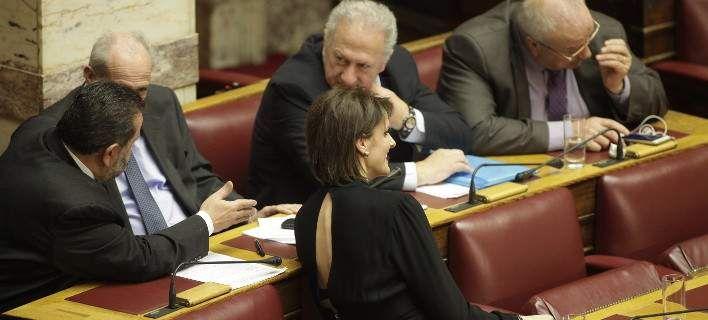 Αστραψαν τα φλας με το φόρεμα της Κατερίνας Μάρκου στη Βουλή [εικόνες]