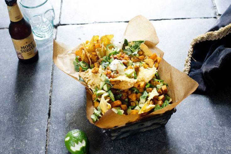 Vrijdagmiddagborrel? Maak eens deze nachosdeluxe met pompoen en kaas.
