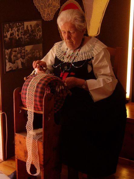 """""""Maison di Pitz"""" di Cogne  (Valle d'Aosta) - piccolo museo con costumi tradizionali, colletti, collane, vecchie fotografie, documenti vari ed esempi di merletti realizzati in alcune località italiane e straniere - Artigiana in costume delle Dentelles de Cogne"""