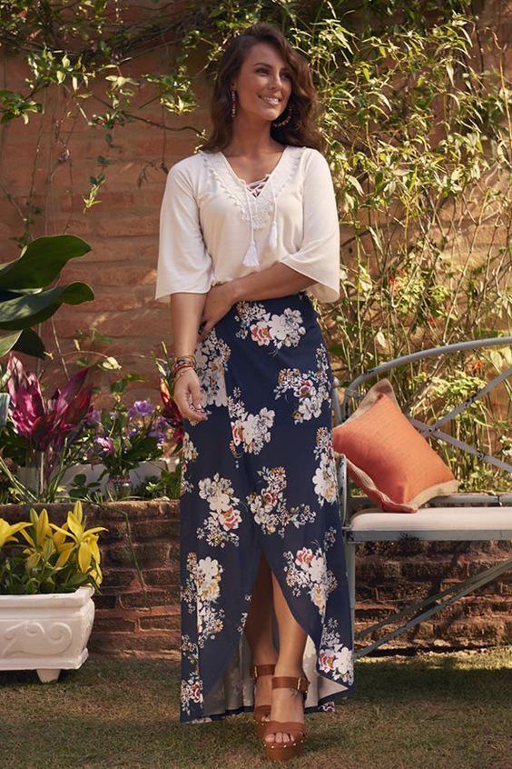 Blusa de manga branca soltinha, saia longa floral, sandália de tiras marrom