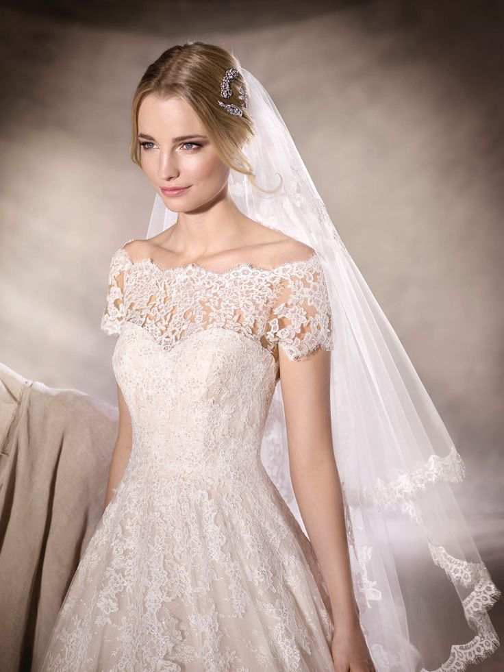 The subtle sparkle of HEDA covers this princess wedding dress all over. Tulle, lace and fine gemstones, with an envelope neckline