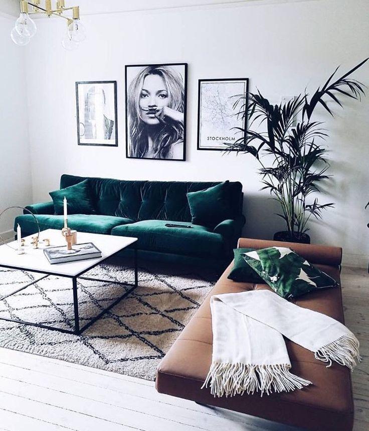sofá veludo verde esmeralda, tapete estampa geométrica