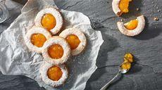 Włoskie ciastka z migdałami i konfiturą brzoskwiniową