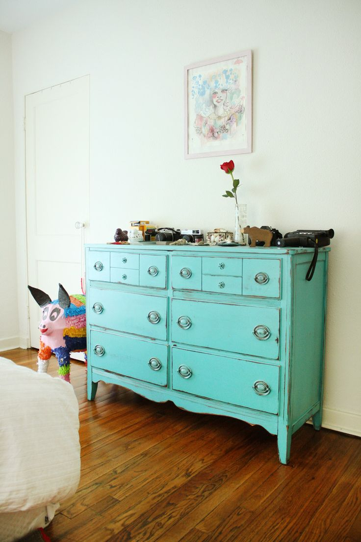 love this dresser: House Tours, Austin Apartment, Vintage Dressers, Amber Art Fil, Teal Apartment Bedrooms, Art Fil Austin, Awesome Art, Blue Dressers, Chest Of Drawers