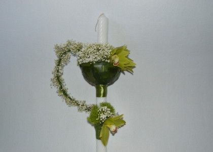 o orhidee cymbidium s-a transformat intr-o sfera plina cu flori, drumul ei fiind simbolizat prin spirala de gipsofila.