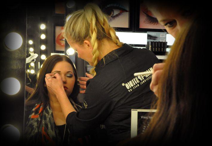 Bekijk de 'how to' video's van de professionele visagisten van Make-up Studio en leer verschillende aanbrengtechnieken, krijg exclusieve tips en deskundig advies.