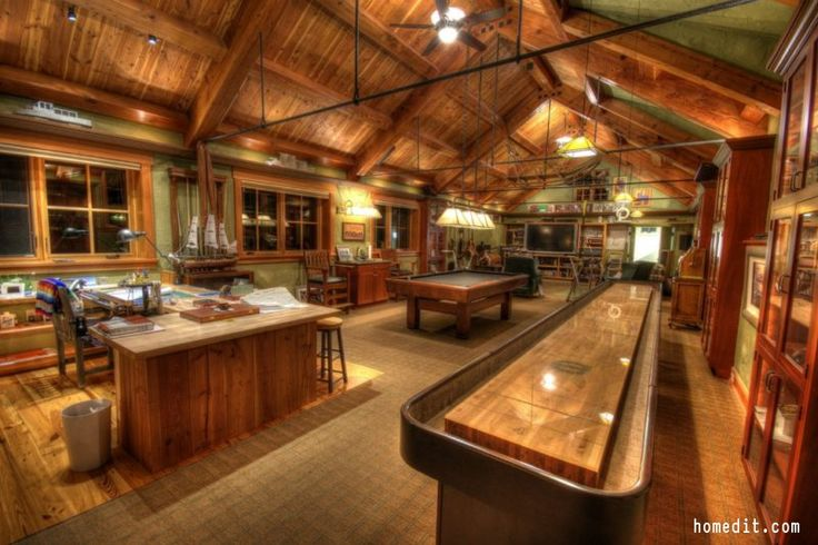 HUGE man cave here!! This is some serious goals. Click the pin for 10 Man Cave Essentials