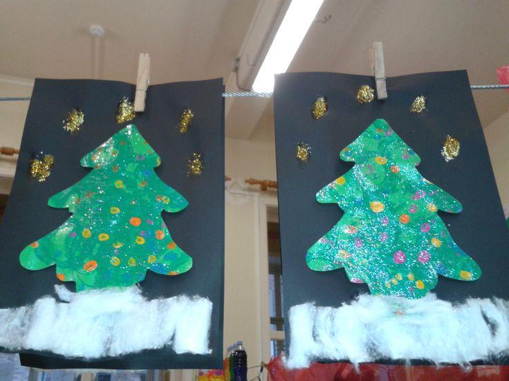 Nieuwjaarsbrief: stempelen met rol op groen papier, kerstballen stempelen met wattenstaafjes daarna vernissen en afwerken met glinsters
