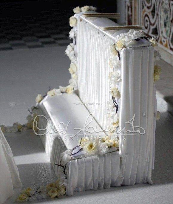 Morbide sete, tinte pastello e un tripudio di rose inglesi per l'altare degli sposi esclusivo e di grande charme