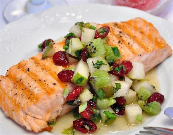 Salmon grilled with salsa pear and kiwi
