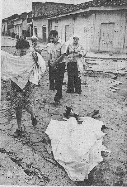 """Koen Wessing: Nicaragua 1979. - """"...le linge porté en pleurant par la mère (pourqoui ce linge?)..."""" (p. 45) --- """" ... das Tuch, das die Mutter weinend in Händen hält (warum dieses Tuch?) ... """""""