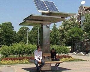 Dispositivo criado por estudantes universitários pode armazenar energia gerada por raios solares por até um mês. (Foto: BBC)
