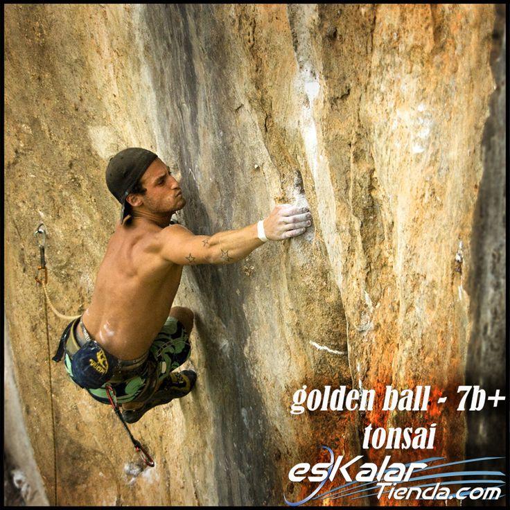nuestro amigo Birra reventando Golden Ball - 7b+ en Tailandia - Tonsai, manby years ago... :D www.eskalartienda.com