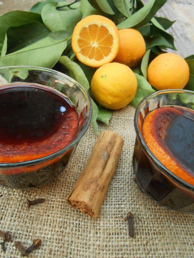 Vino navegado es vino tinto hervido y especiado un trago típico chileno de invierno para calentar el cuerpo, ya las tardes están muy...