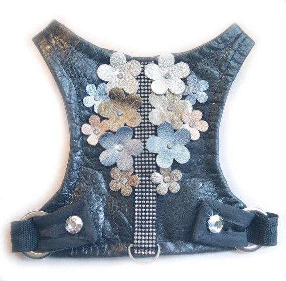 Cuir du vêtement Shimmery noir doublé en satin noir. Orné de fleurs de cuir métallisé en deux tailles et 5 couleurs, argentées, or, bleu et cuivre, avec rondelle de strass centres.  Entièrement réglable au niveau du cou à la taille, pas de Velcro marche harnais, fait à la main.   * En attente de brevet *  Aussi mignon que les harnais sont, il y a sangle en nylon robuste sous le tissu décoratif tenant la bague D qui se connecte à votre laisse. La bague D est placée dans le bas du harnais…