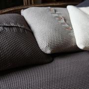 Coussin carré tricoté point mousse en coton Kate Nkuku