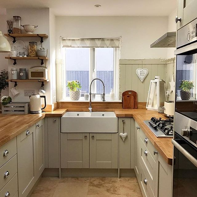 Next on the list is this gorgeous kitchen belonging to the wonderful @kirstenandbelle Fabulous farmhouse style Belfast sink and a great combo of units and work surface giving it a real country feel. So many gorgeous finishing touches too. ✨#kirstenandbelle #kitchen #kitcheninspo #kitchenideas #kitchendesign #farmhousekitchen #countrykitchen #shakerkitchen #kitcheninspiration #interiors #interior