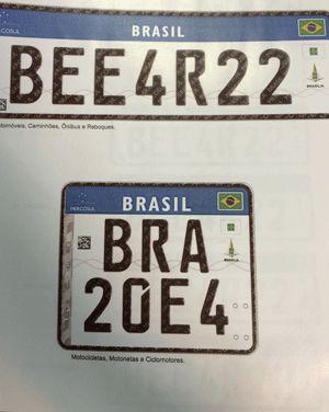 Novos modelos de placas de automóveis, no padrão do Mercosul. Acima, o modelo para carros. Abaixo, o de motos (Foto: Paulo Melo/G1)