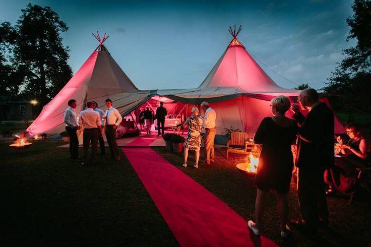 Licht je festival bruiloft uit op een hele coole manier. Dit kan bijvoorbeeld met onze LED Uplights! De tent is van: Zweedse tenten & bruiloten