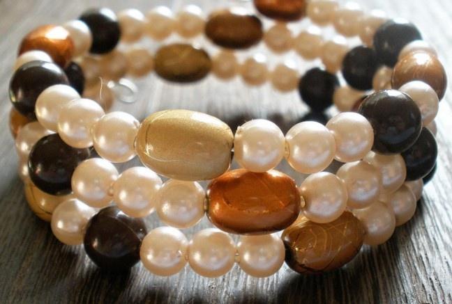 Prudko elegantný náramok v sladkých odtieňoch karamelu pozostáva z akrylových perličiek a oválkoch so zlatými žilkami v troch odtieňoch.  Univerzálna veľkosť, bez zapínania.
