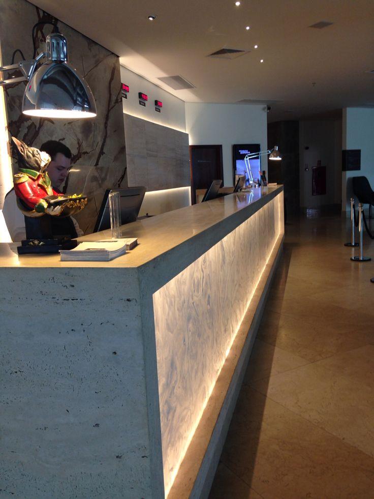 """Balcão da Recepção do K Hotel, em Goiânia. Deu impressão de ser de """"alabastro""""!"""