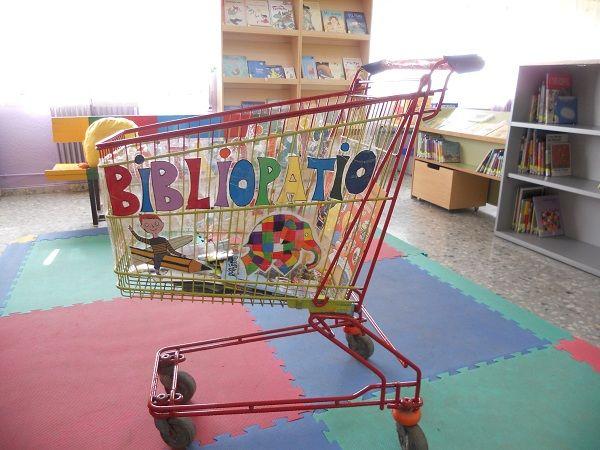 Sacar los libros fuera de la biblioteca durante la hora de patio. Excelente iniciativa para las #BibliotecasEscolares