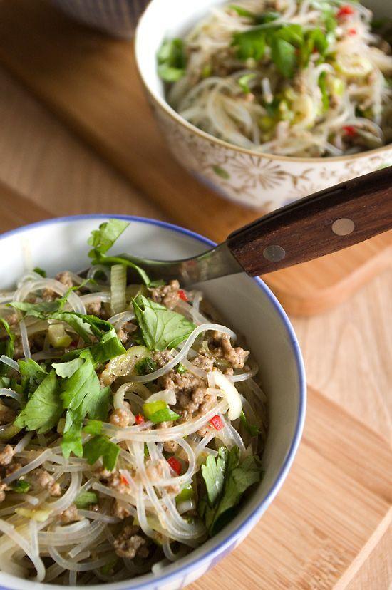 Bei der Suche nach neuen Geschmackserlebnissen bin ich auf ein verdammt leckeres Highlight gestoßen, nämlich auf diesen tollen Glasnudelsalat, gesehen bei Christina von New Kitch on the Blog. Ich liebe den süß-sauren, würzigen, erfrischenden, knackigen Geschmack dieses Salats! Und dazu … Weiterlesen →