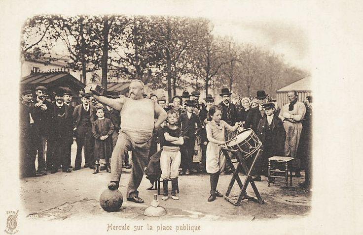 Les forains: Hercule sur la place publique (vieille carte postale, vers 1900)