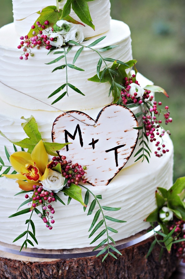 rustic natural wedding cake LOVE IT fresh flowers leaves