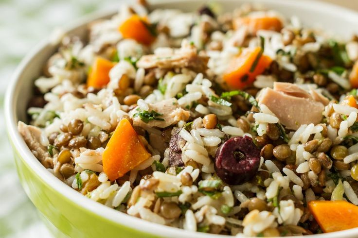 Συνταγή για σαλάτα με φακές, τόνο και ρύζι! Ένας συνδυασμός που θα σας ξετρελάνει και μπορείτε να το απολαύσετε είτε σαν ένα ελαφρύ γεύμα, είτε σαν συνοδευτικό.