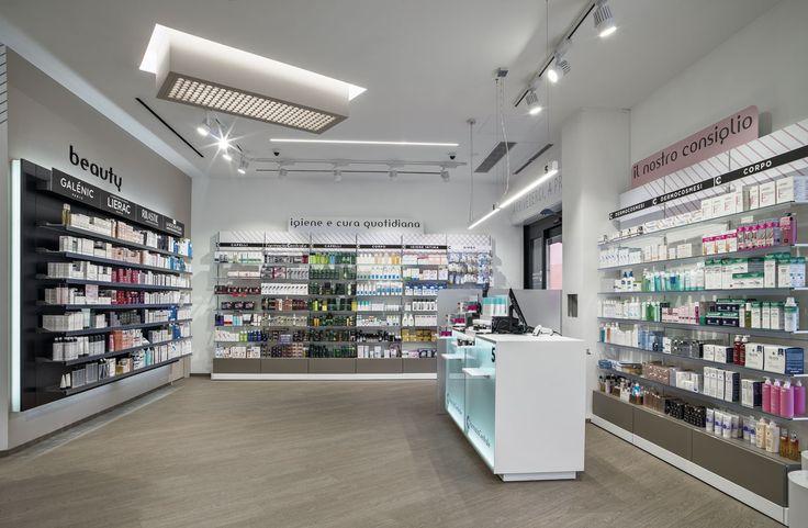 Farmacia con banco e mobile retroilluminati.