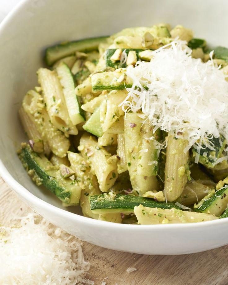 Iedereen houdt van pesto Genovese, de zalige saus met pijnboompitjes en basilicum. Je kan er ook een heerlijk Zuiderse versie van maken met pistachenootjes.